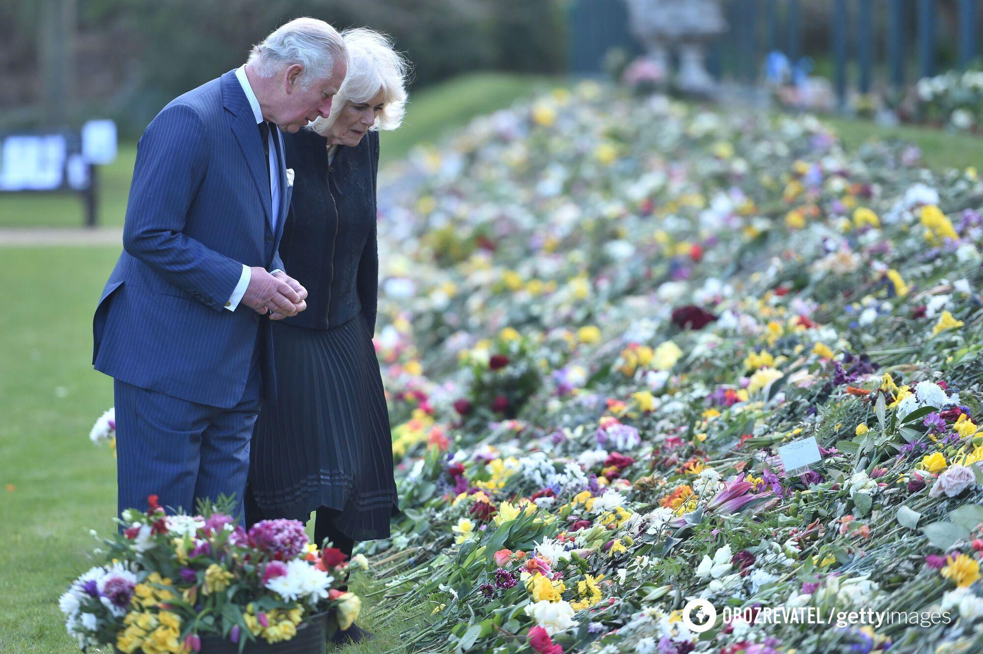 Принц Чарльз с супругой прогулялся по Мальборо-хауз.