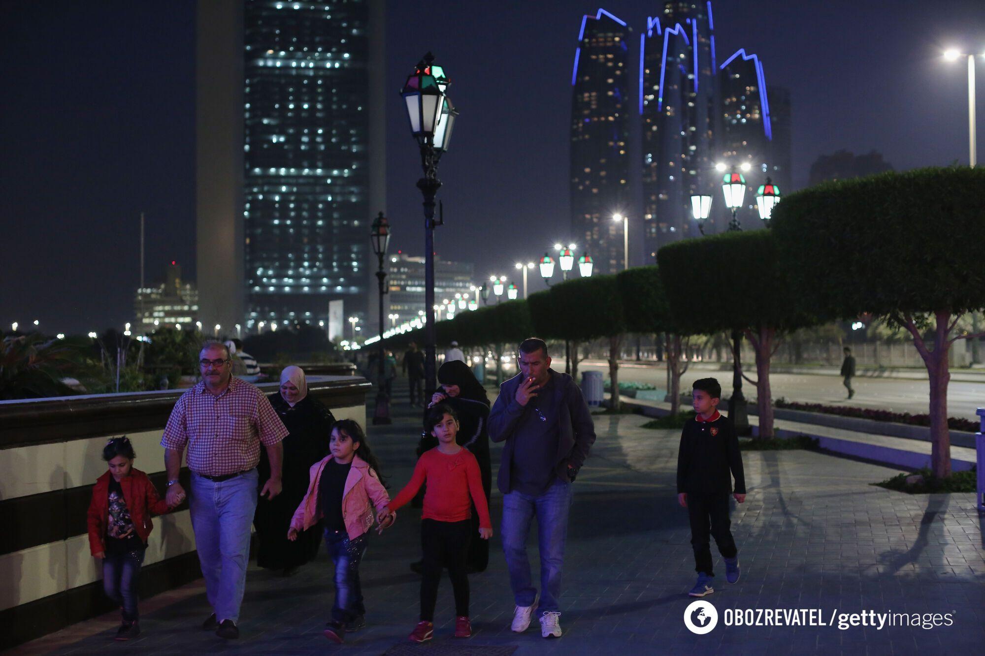 Люди відпочивають в Дубаї, ОАЕ