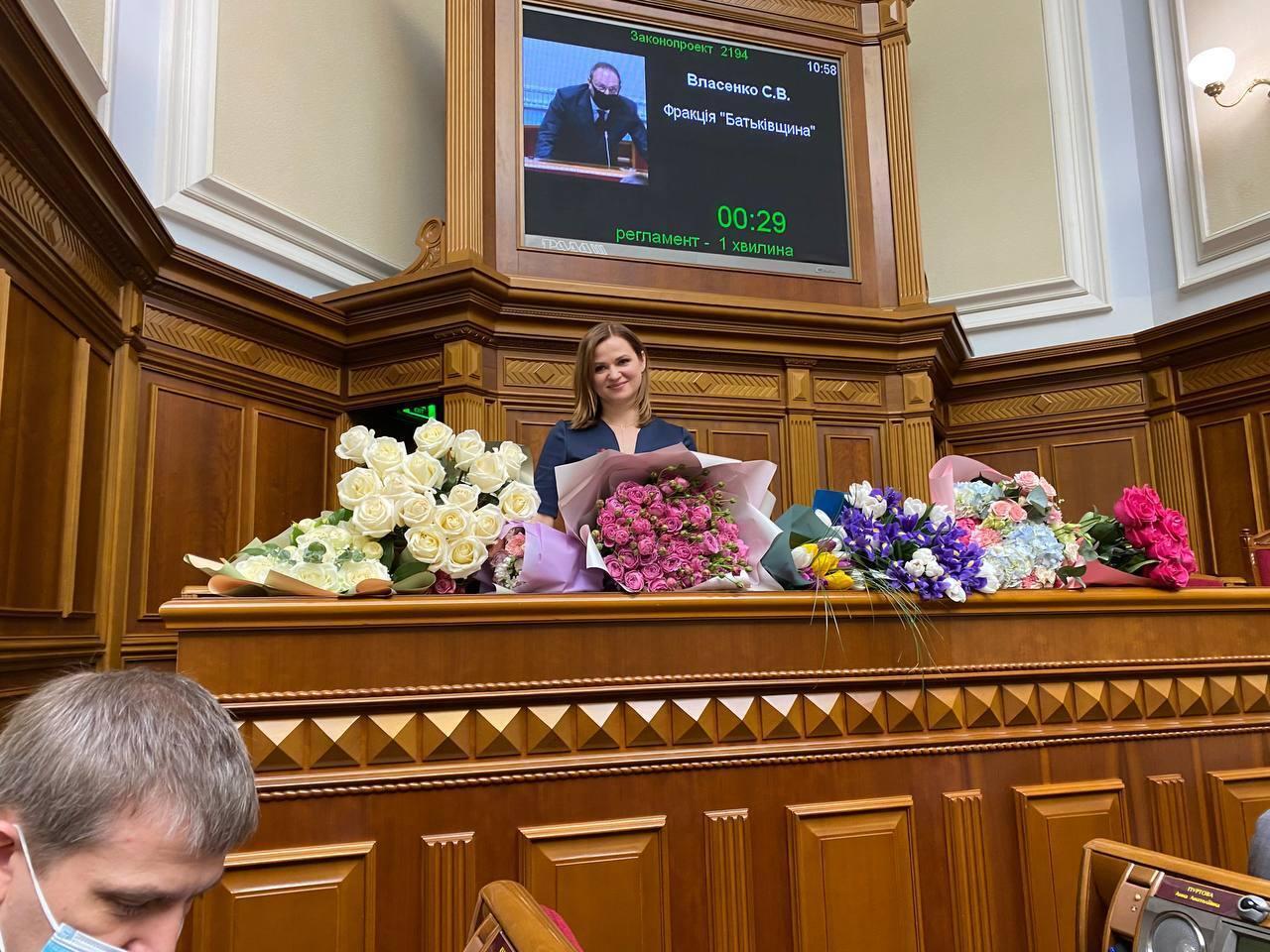 Анну Пуртову завалили дорогими букетами.