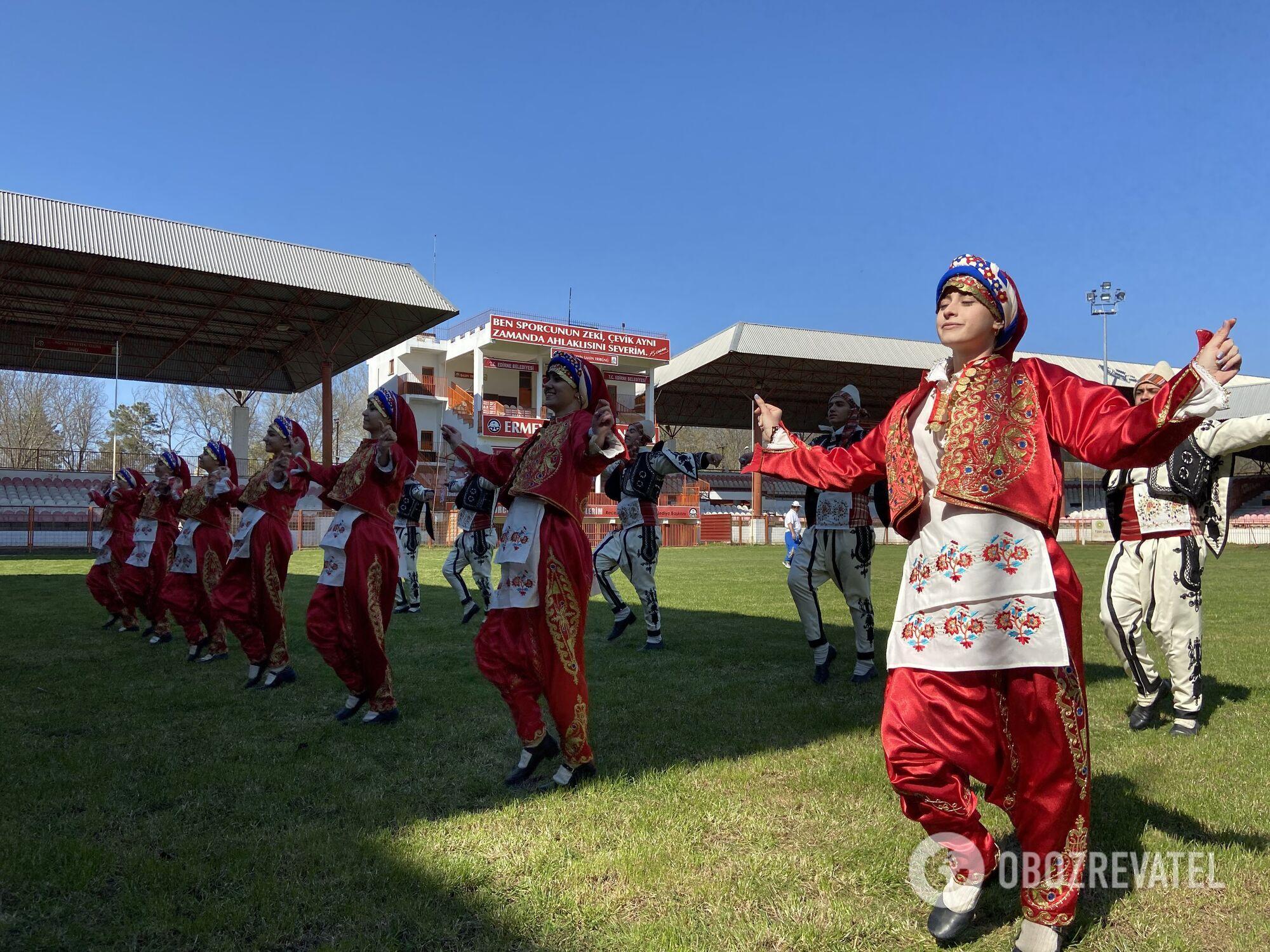 Танцоры выступают перед соревнованиями по борьбе Киркпинар