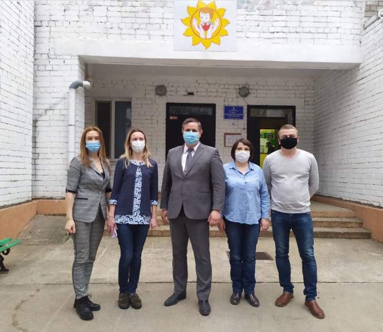 Павел Шульга (в центре) обещает, что доведет до конца дело о принуждении к аборту воспитанницы интерната