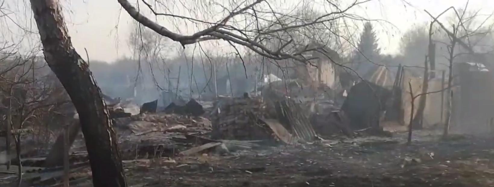 Огонь охватил российскую деревню Масловка, куда привозят военную технику