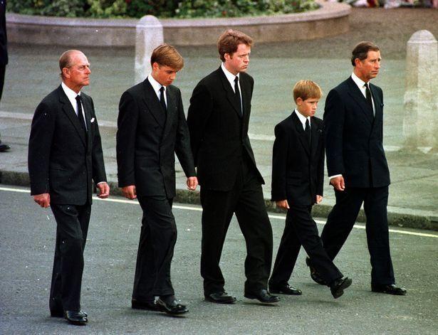 Принц Уэльский, принц Уильям, принц Гарри и герцог Эдинбургский идут за Дианой.