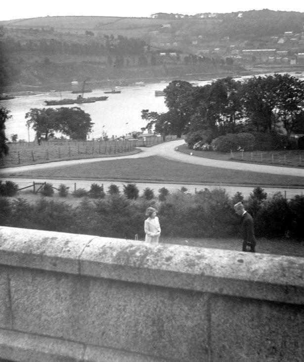 На этой фотографии запечатлена первая встреча принца Филиппа с будущей королевой