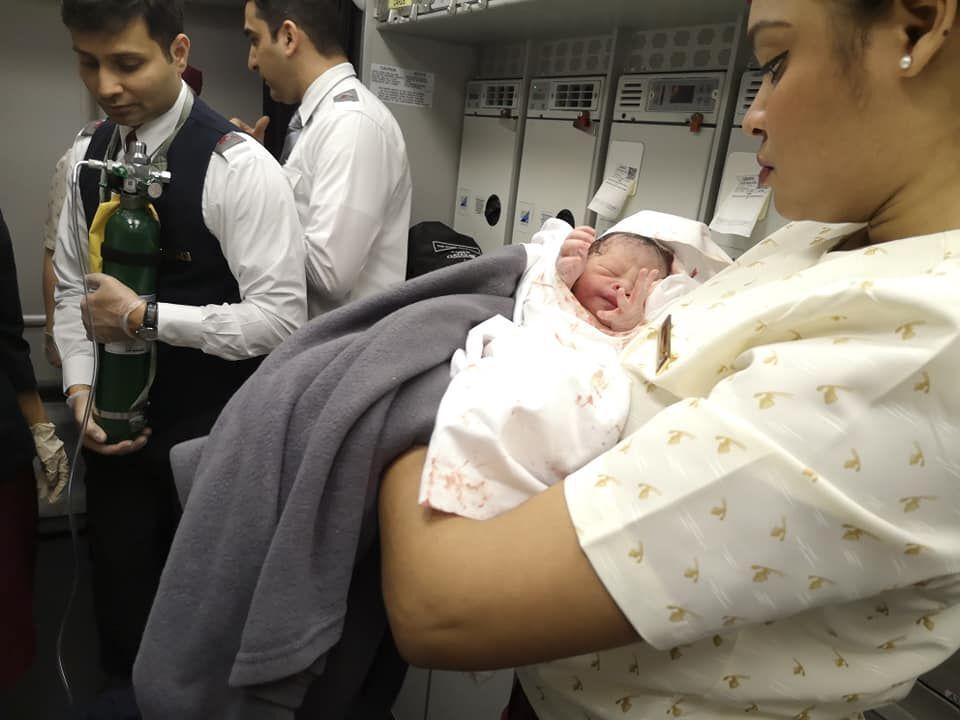 Українка прийняла пологи в літаку
