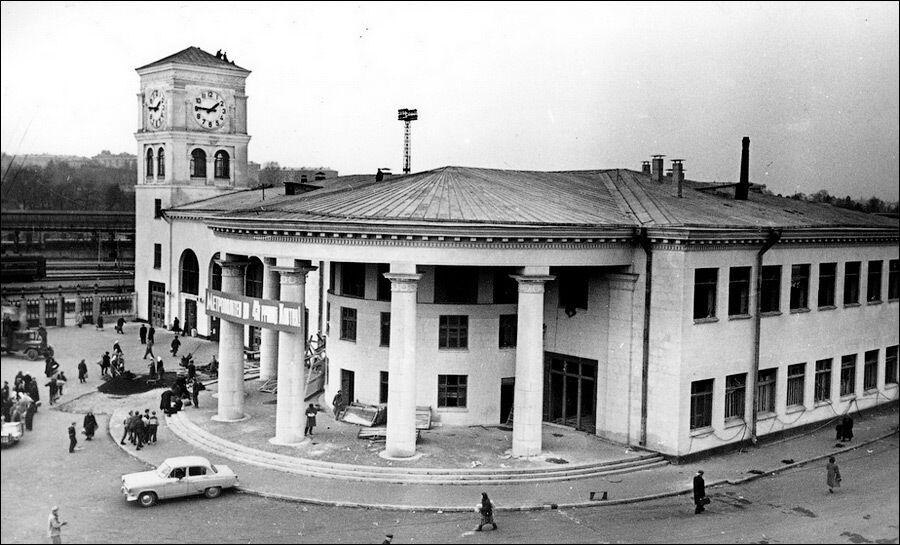 Вестибюль незадолго до открытия метрополитена