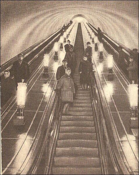 Эскалатор станции. Реклама съела эти прекрасные светильники.