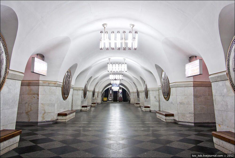 Пилоны станции облицованы светлым мрамором, пол выложен квадратными плитами черного габбро.