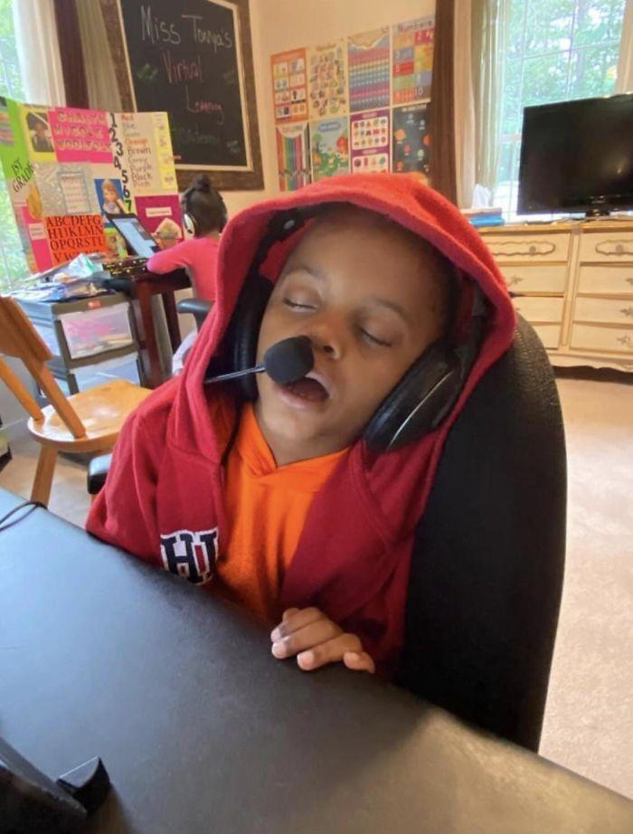 Першокласниця заснула під час уроків