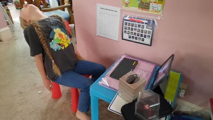 Дівчинка не хочу навчатися через коп'ютер