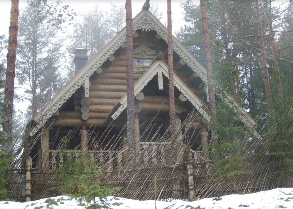 Избушка на территории резиденции Путина