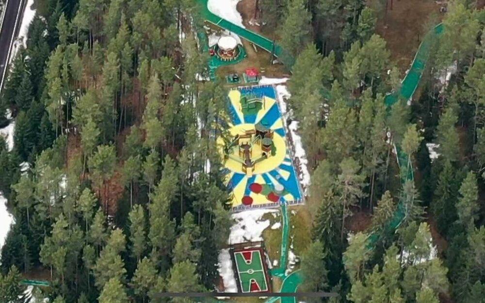 Детская площадка с огромным желто-голубым солнышком и горками
