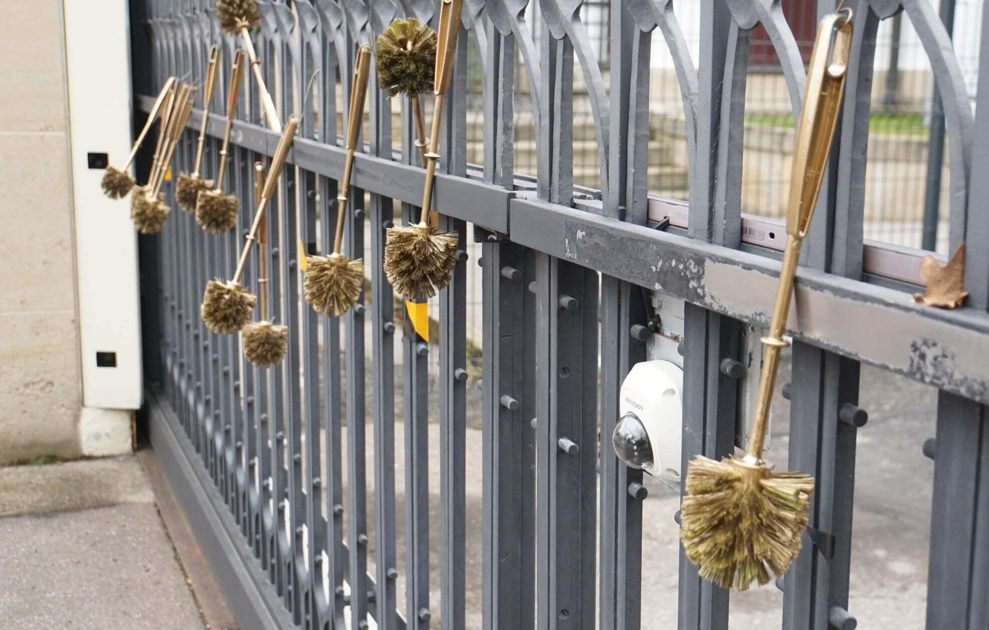 Ворота посольства РФ у Празі прикрасили золотими йоржиками.