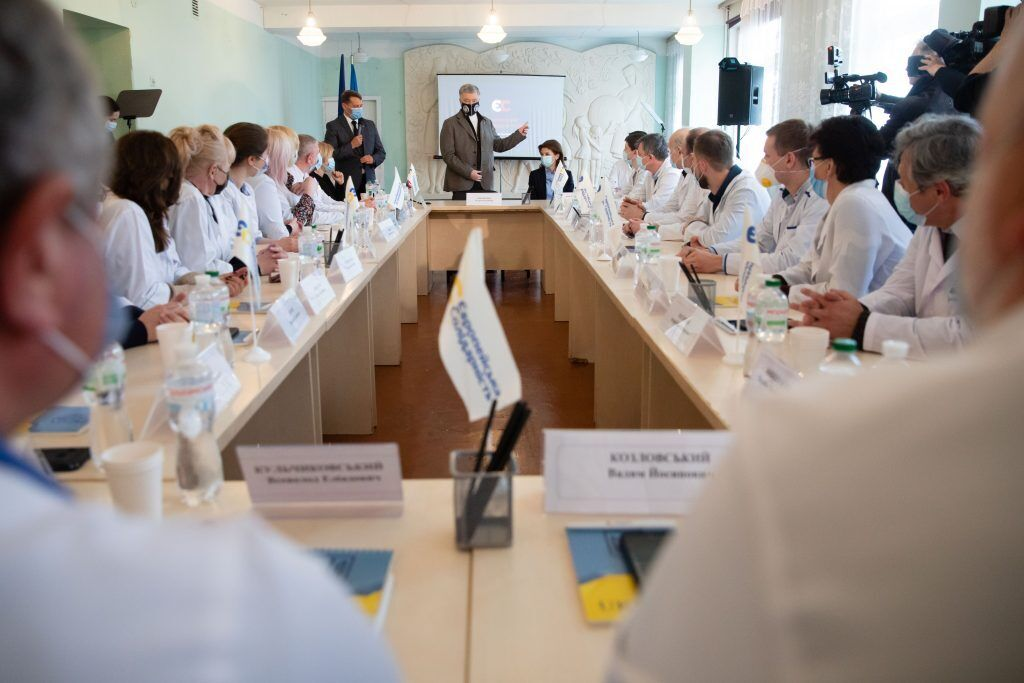 Порошенко у Черкасах запевнив медиків, що докладає зусиль для отримання Україною необхідної кількості вакцини