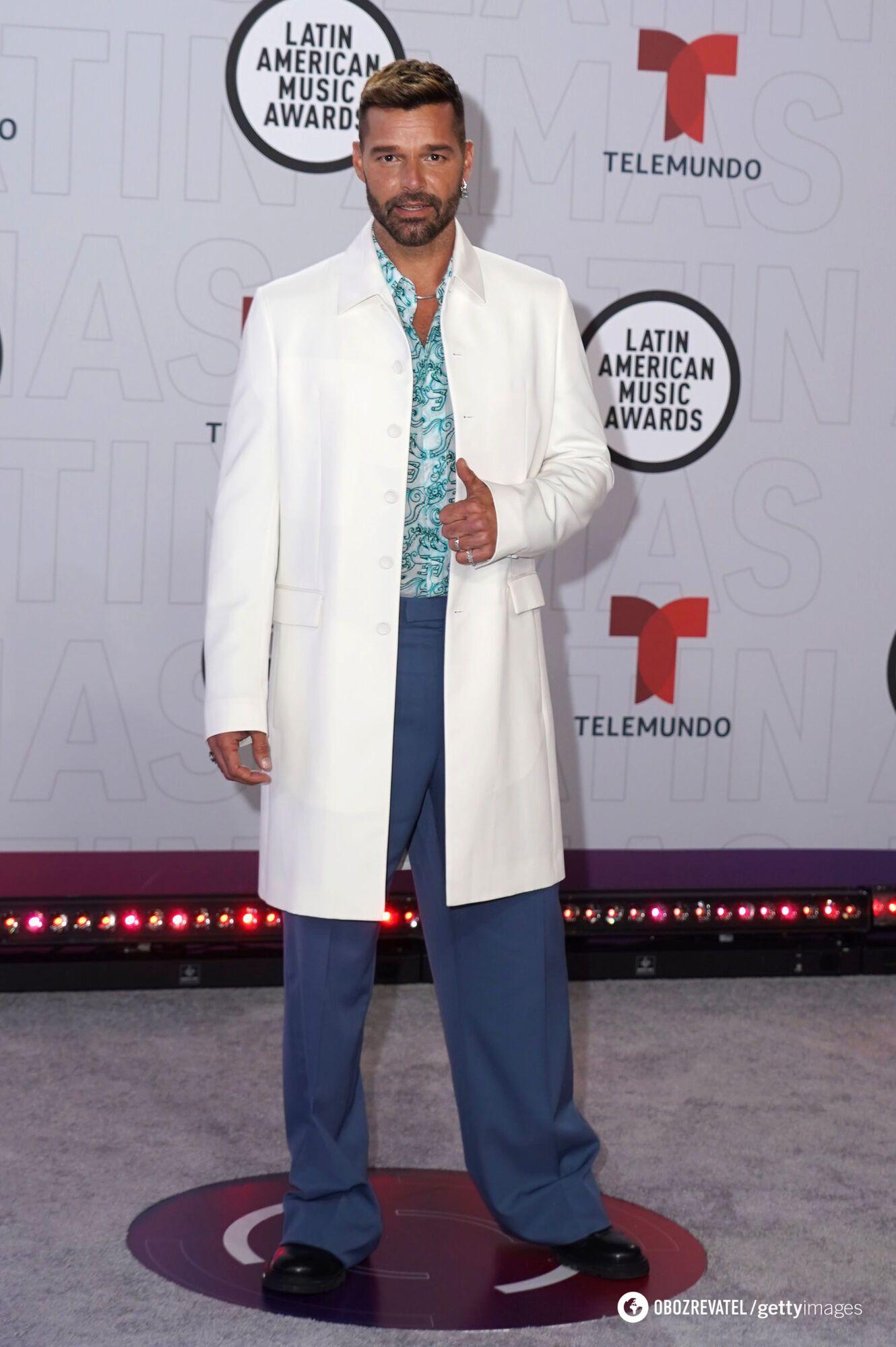 Співак для виходу у світ обрав біле пальто