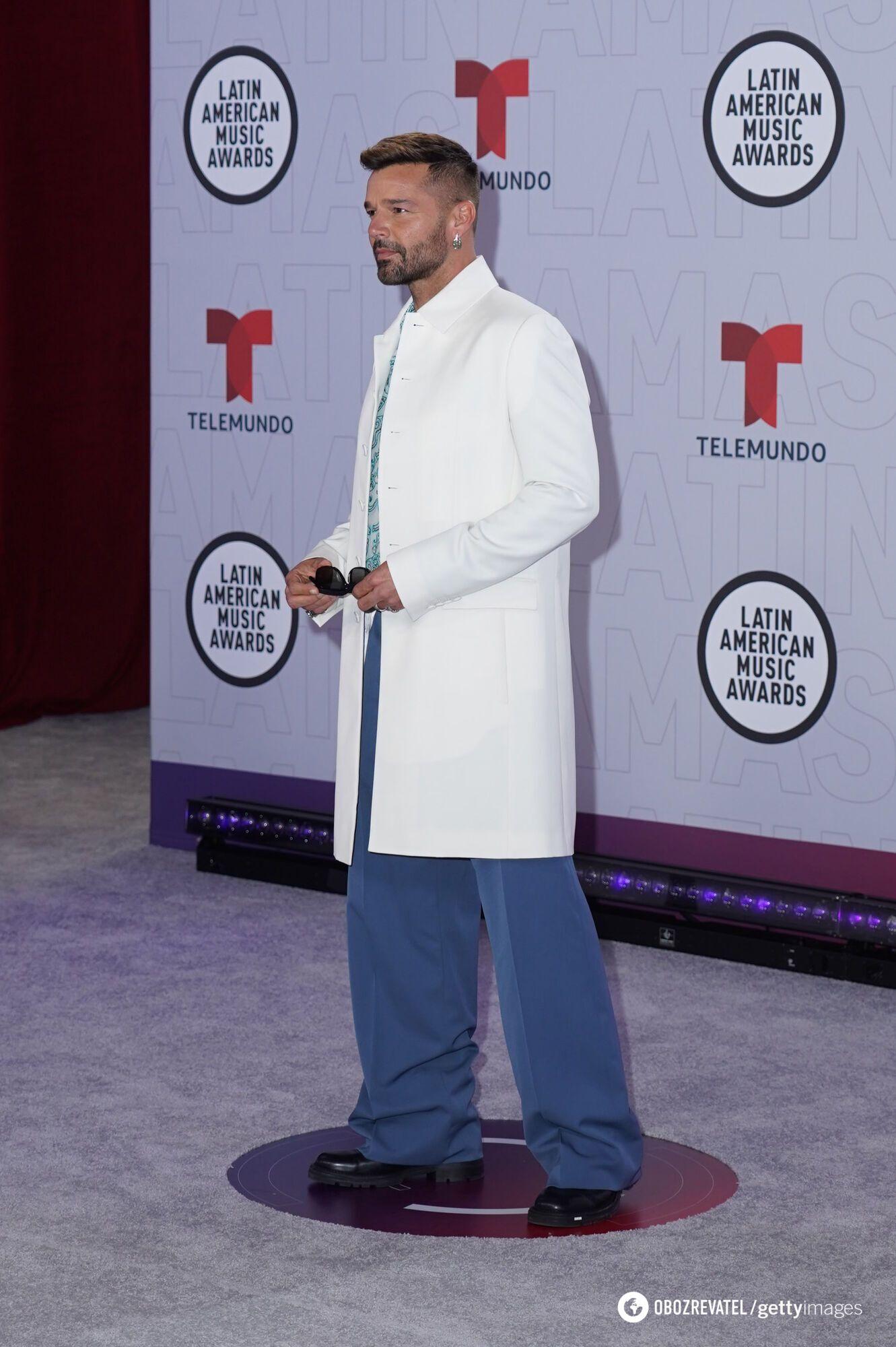 Мартін у стильному вбранні на заході