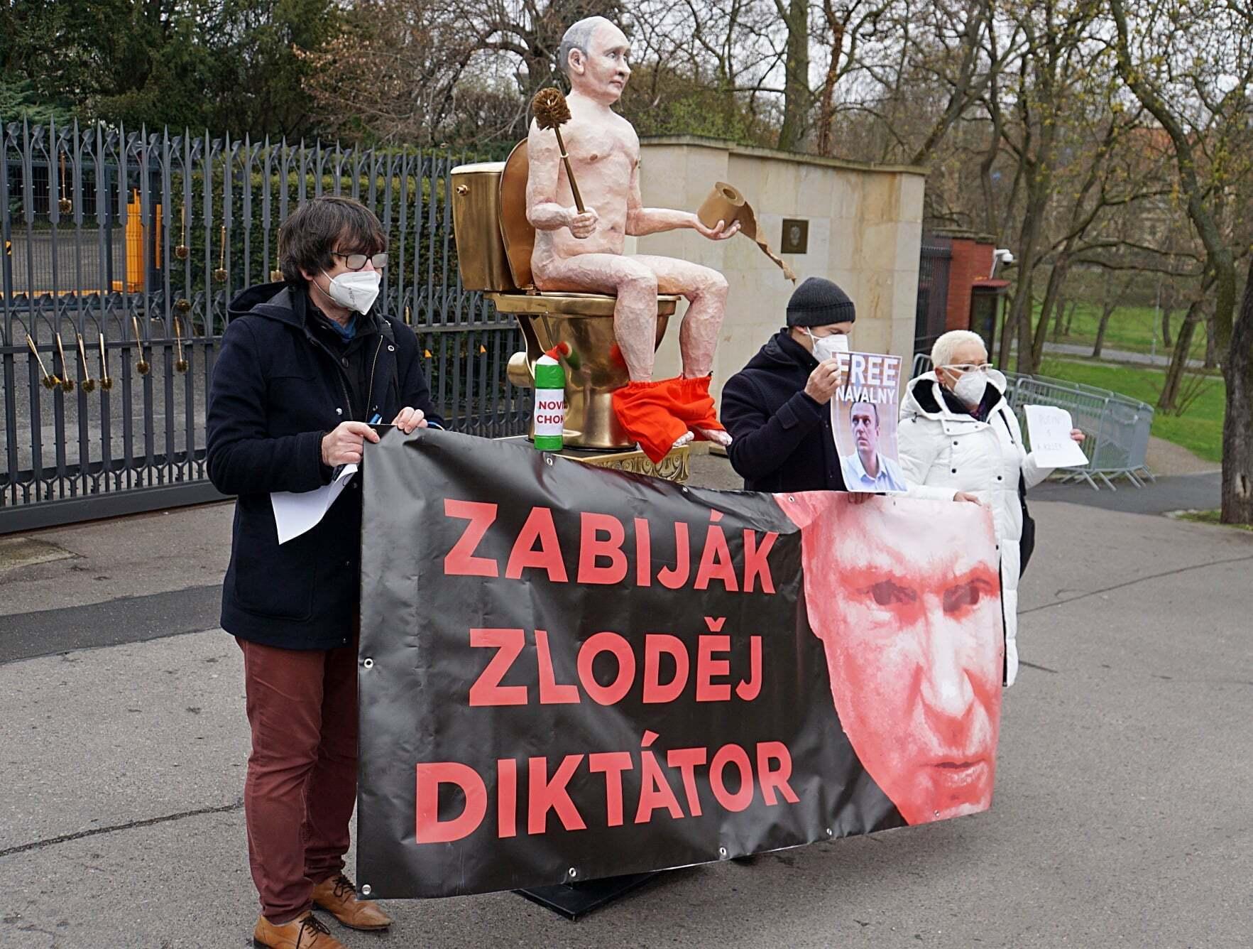 Акція протесту біля посольства РФ у Празі.