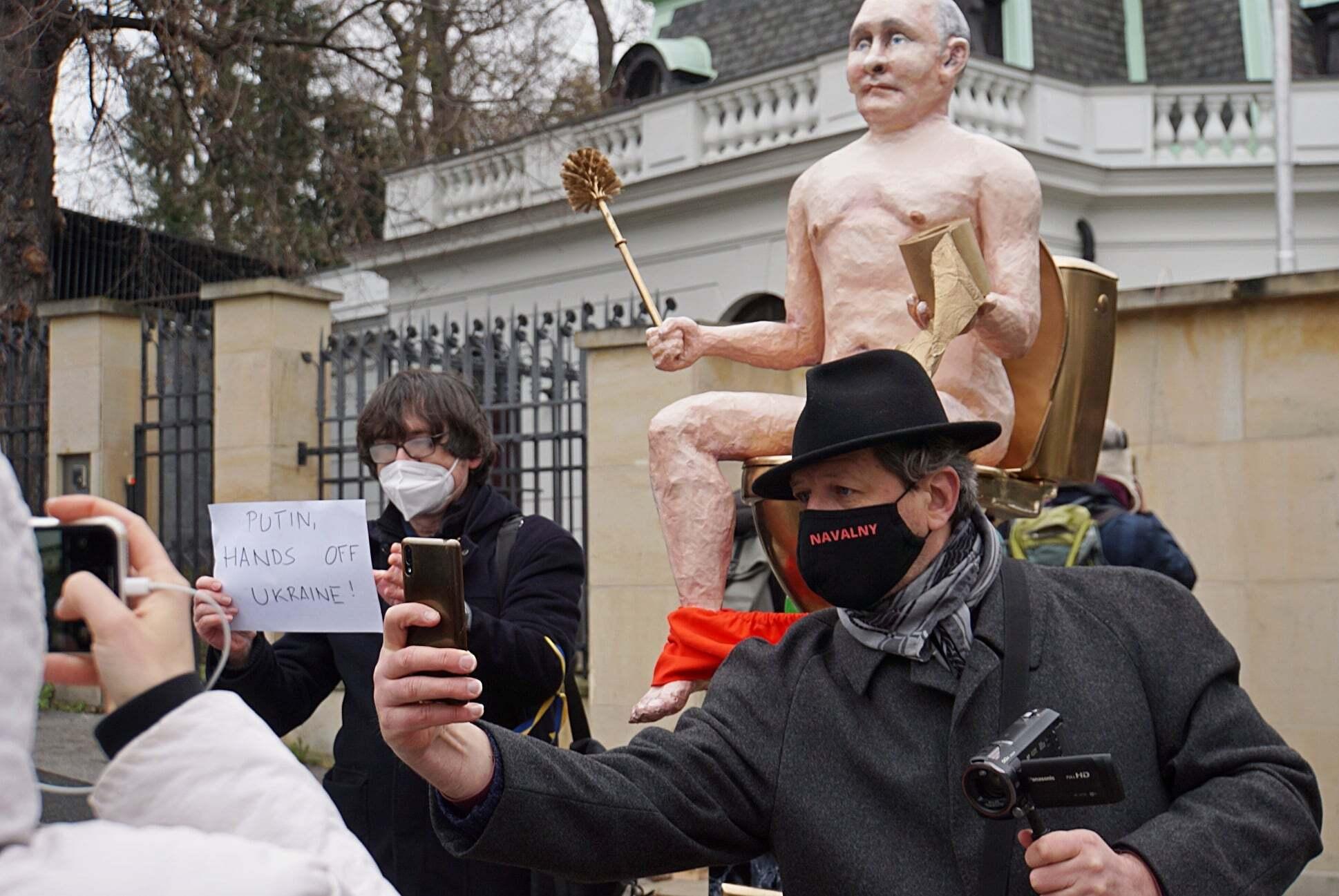 """""""Голий Путін"""" біля посольства РФ у Празі."""