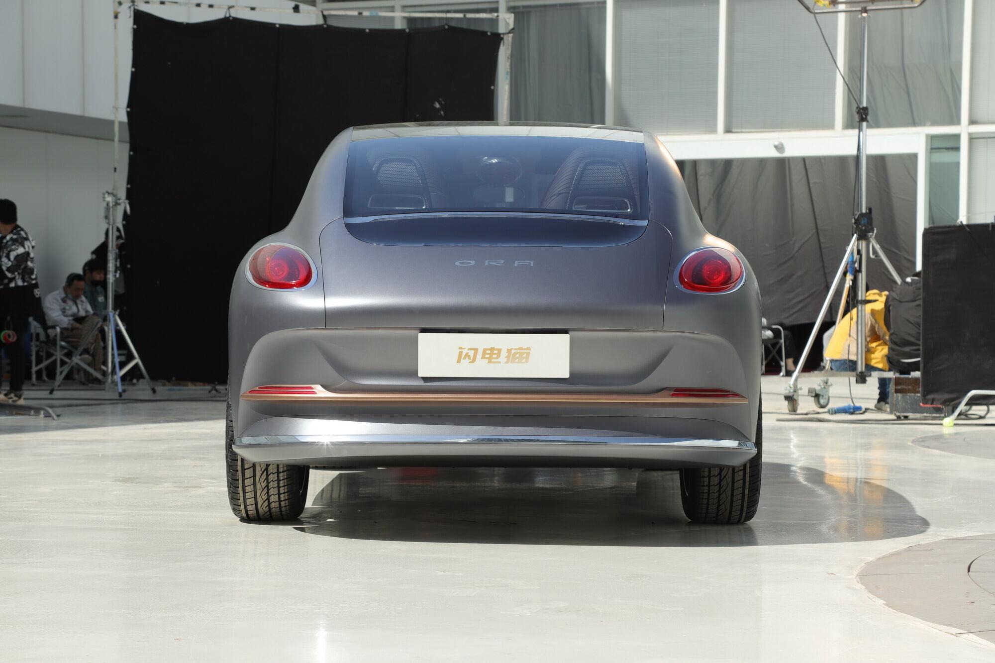 Овальные патрубки выхлопной системы смотрелись бы достаточно органично, но Conceptcat – электромобиль