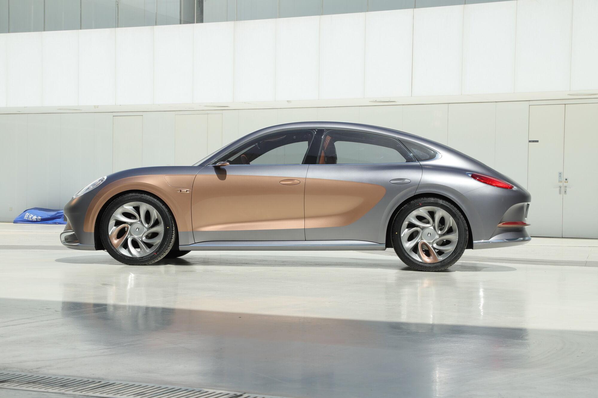 Автомобиль имеет достаточно солидную колесную базу 2800 мм