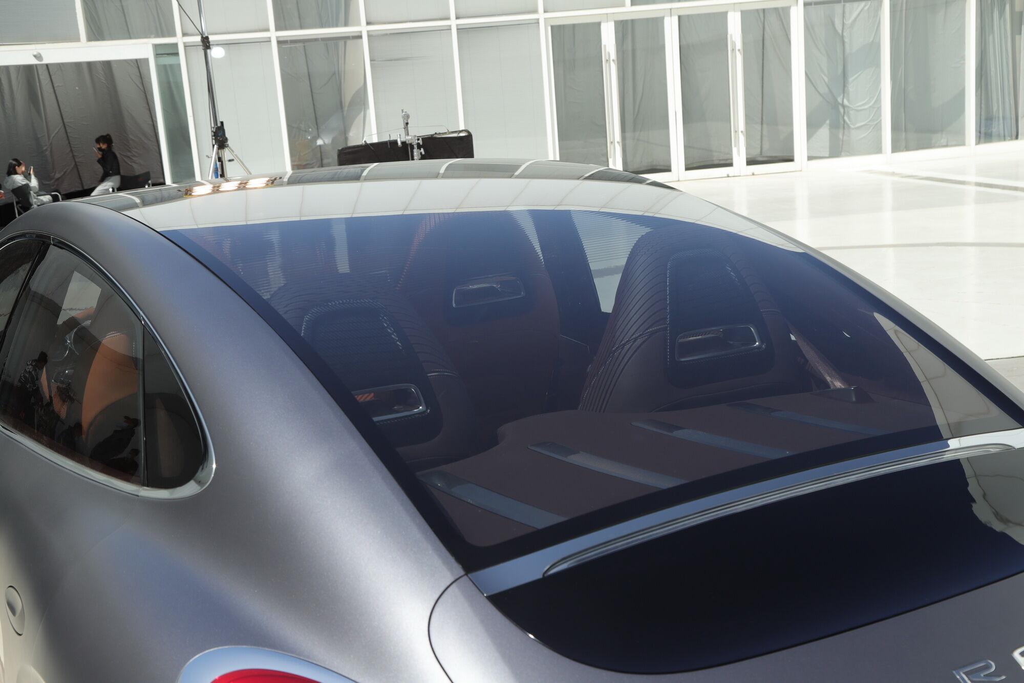 Большое панорамное стекло переходит в крышку багажника