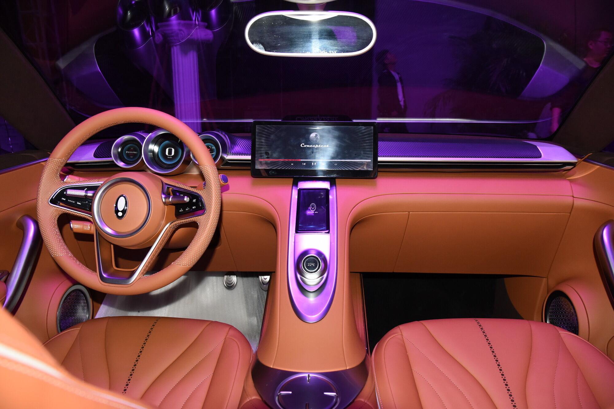 Характерный цвет отделочных материалов, форма трехспицевого руля и ковшеобразные кресла – очень явные отсылки к Porsche