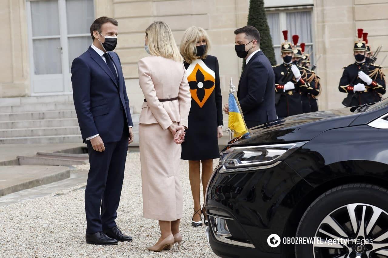 Еммануель Макрон із дружиною Бріжит чекали подружжя Зеленських на ганку Єлисейського палацу