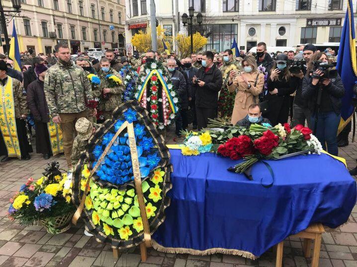 Церемонія прощання з Мамчієм відбулася на центральній площі Чернівців