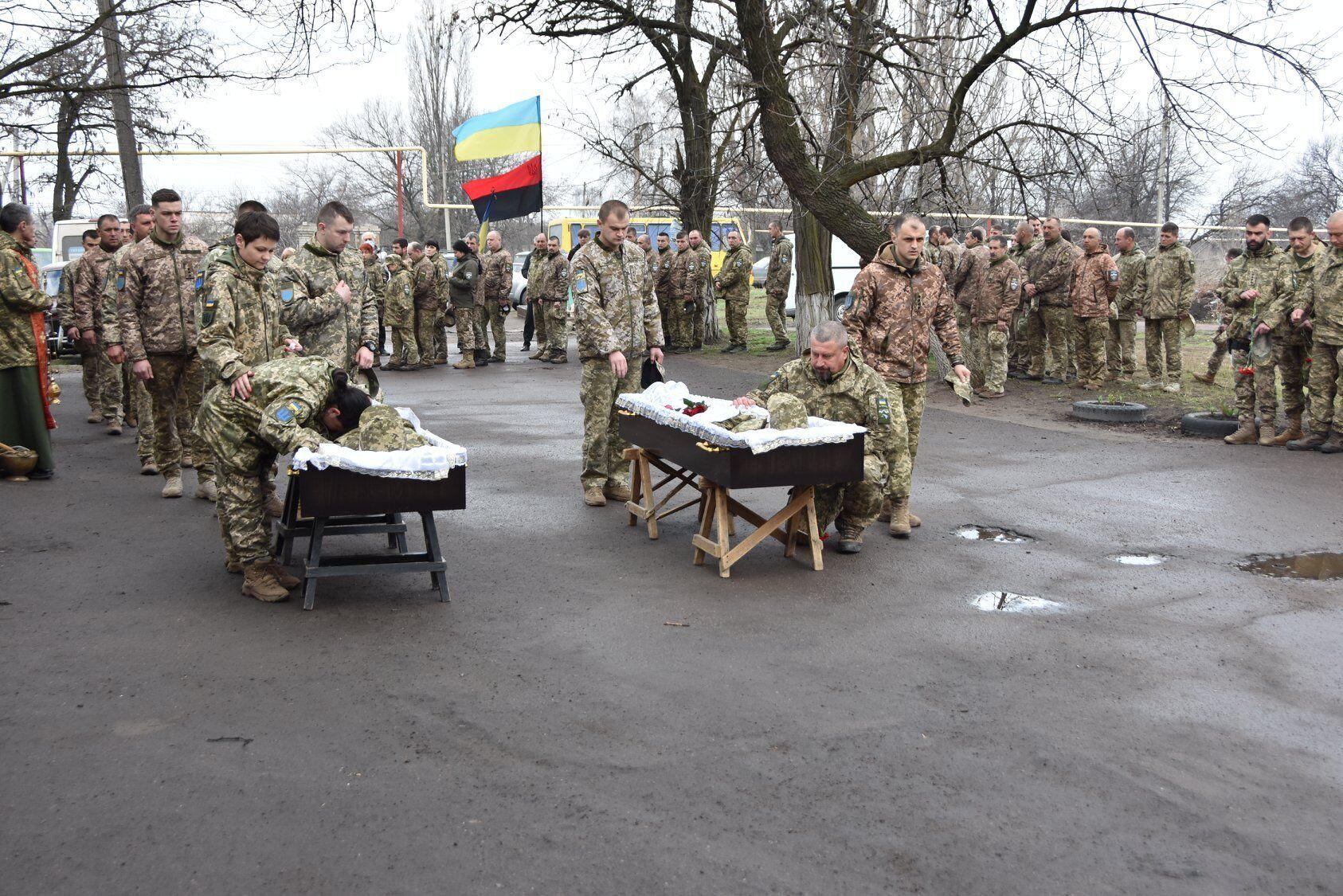 Побратими на колінах попрощалися із воїнами ЗСУ
