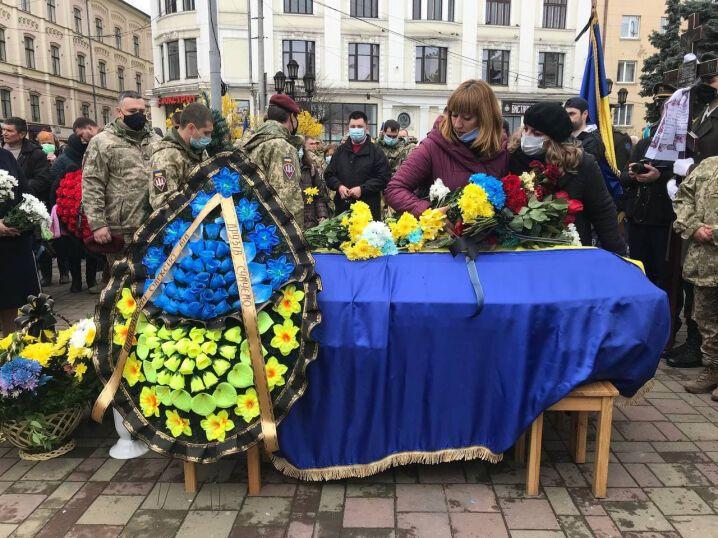 Труну загиблого воїна ЗСУ вкрили Державним Прапором України