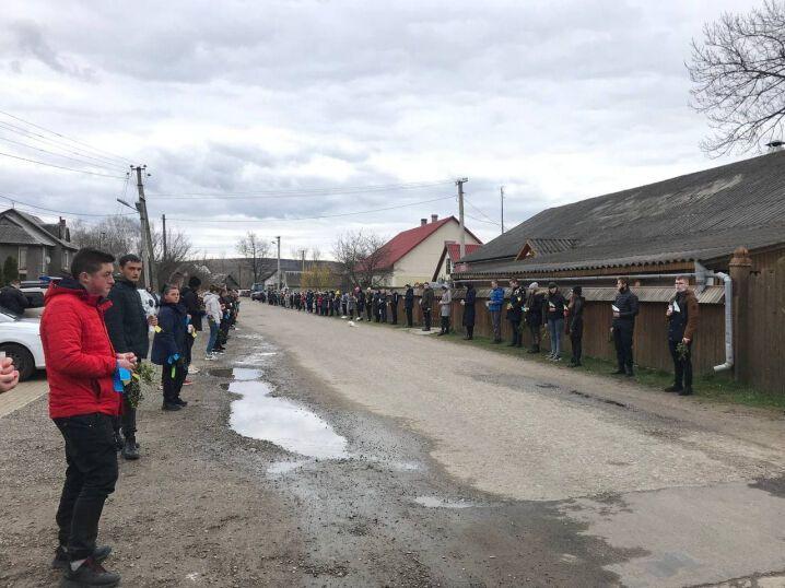 Жителі Черепківців стали живим коридором, аби провести Ярослава Карлійчука