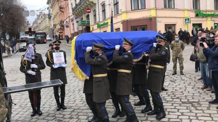 Труну з тілом загиблого воїна ЗСУ супроводжувала почесна варта