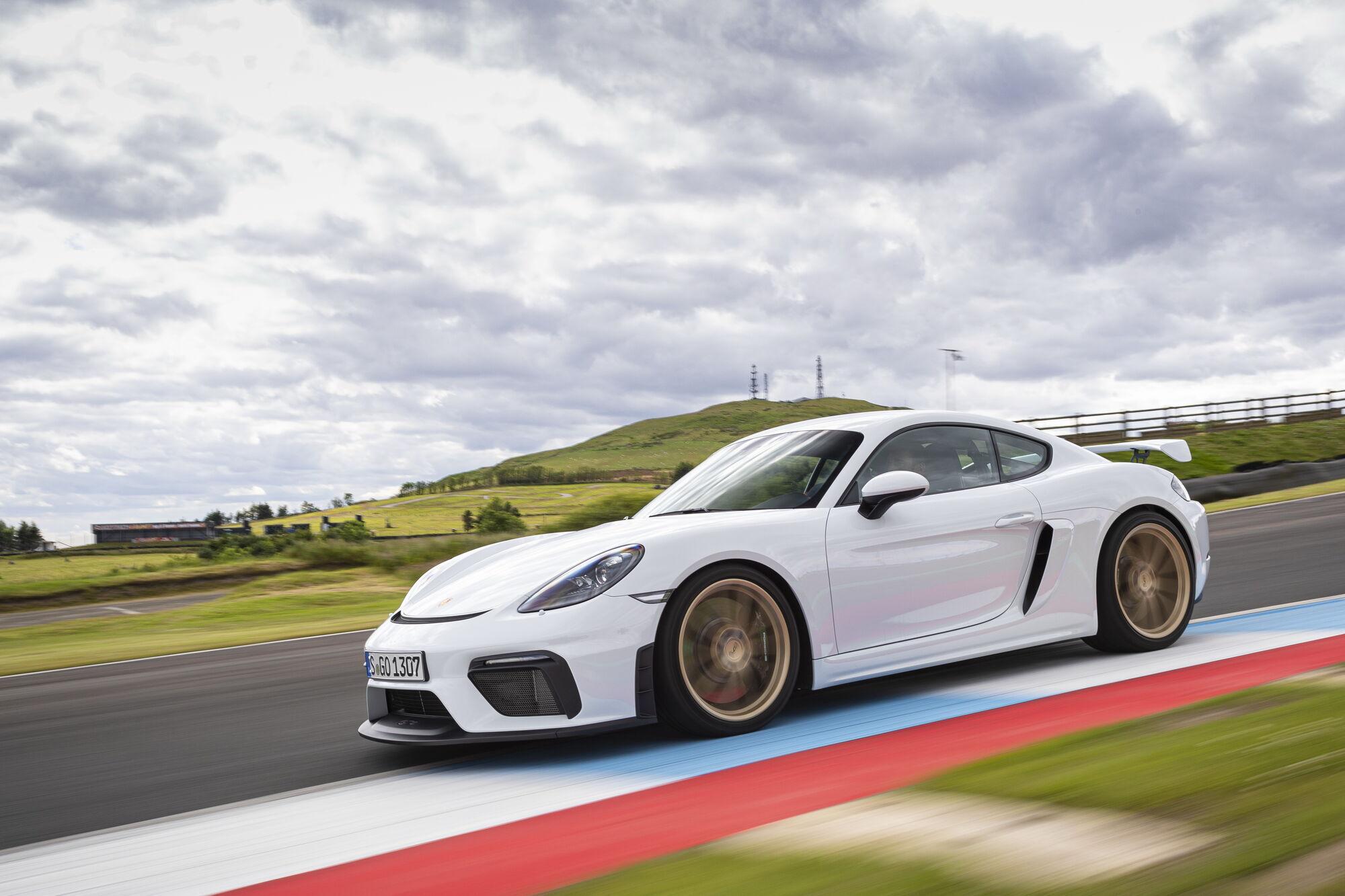 """Cayman GT4 може розігнатися до 304 км/год, а розгін до першої """"сотні"""" займає 4,4 с."""
