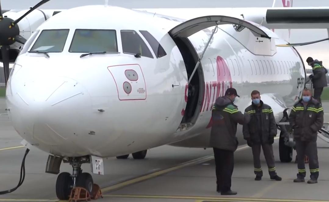 """Літак із препаратом прибув в аеропорт """"Жуляни""""."""