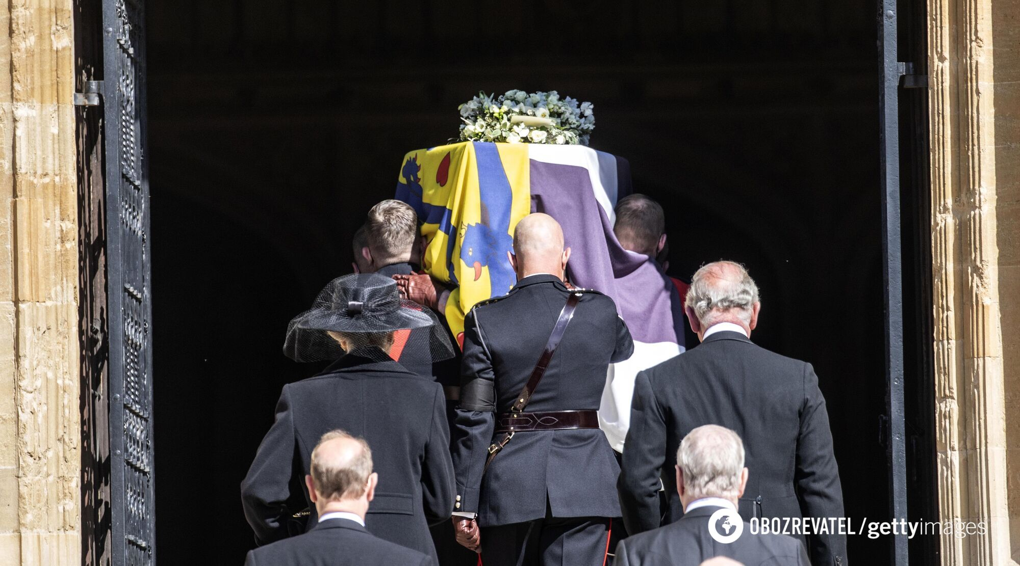 Гроб с телом принца Филиппа заносят в часовню Святого Георгия