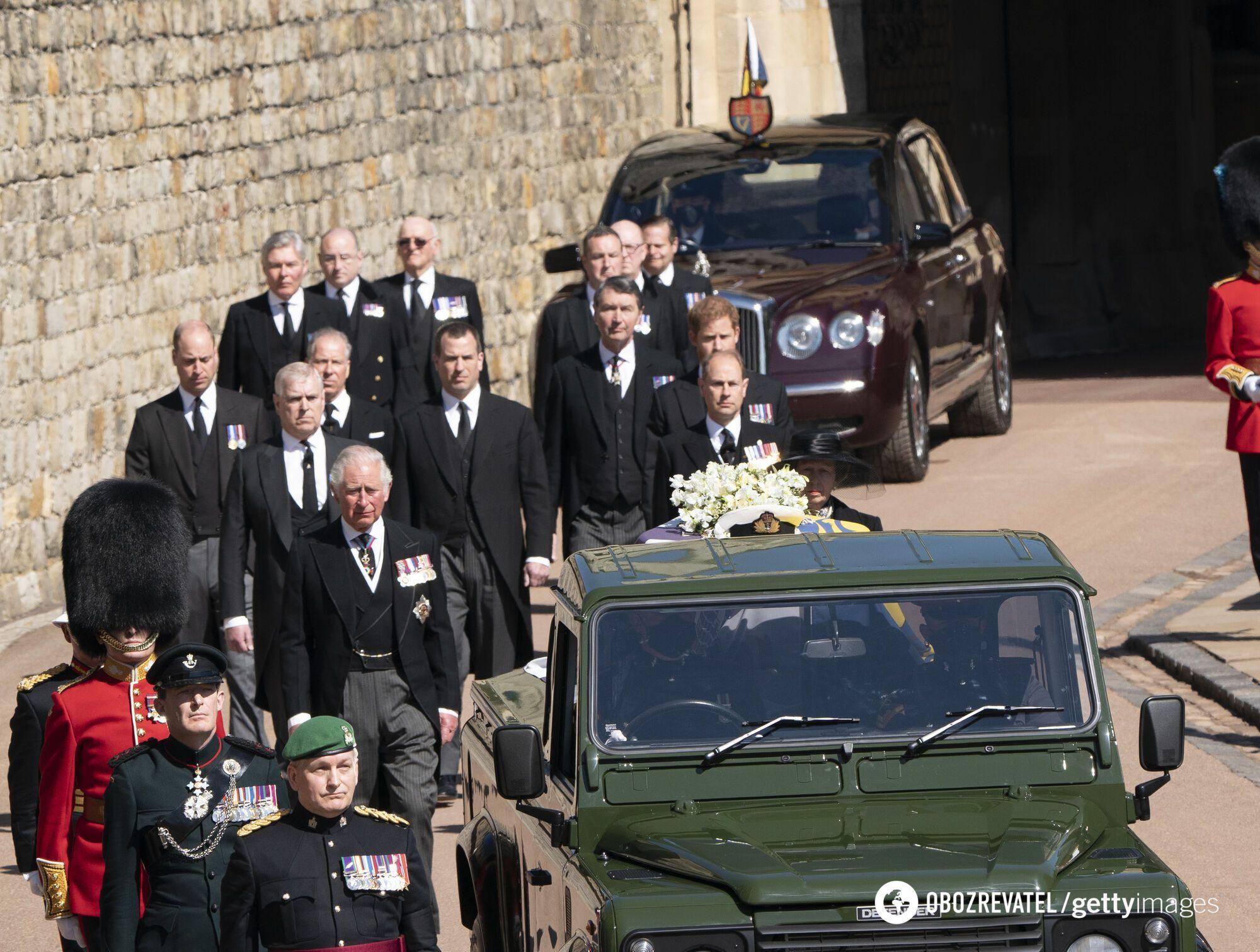 В траурной церемонии приняли участие сотни военных и члены королевской семьи