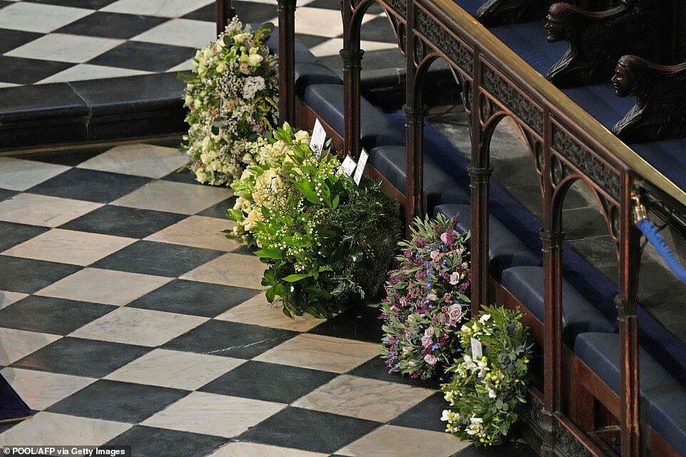 Герцогиня заказала венок, который был полон разными символами и знаками