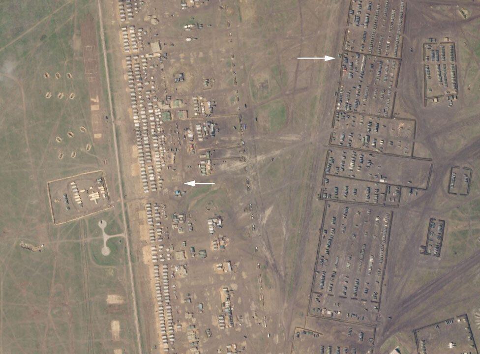 Колонна техники псковских десантников и лагерь войск РФ в Крыму попали на видео и снимки спутников