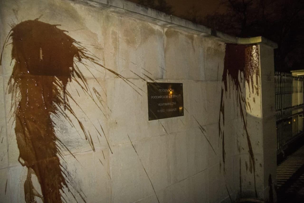 Облитая кетчупом стена российского посольства