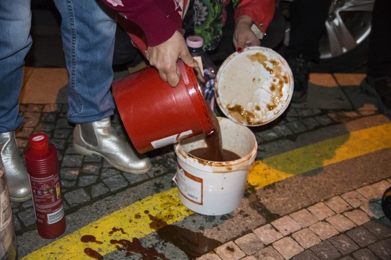 """По словам организаторов """"акции"""", кетчуп символизирует кровь, а """"режим Путина совершил террористический акт в Чехии"""""""