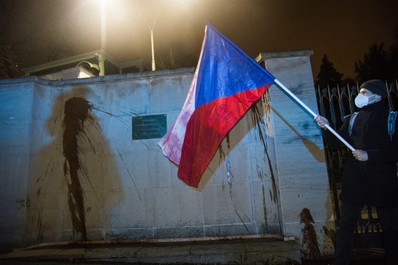 Стену посольства России в Праге облили кетчупом