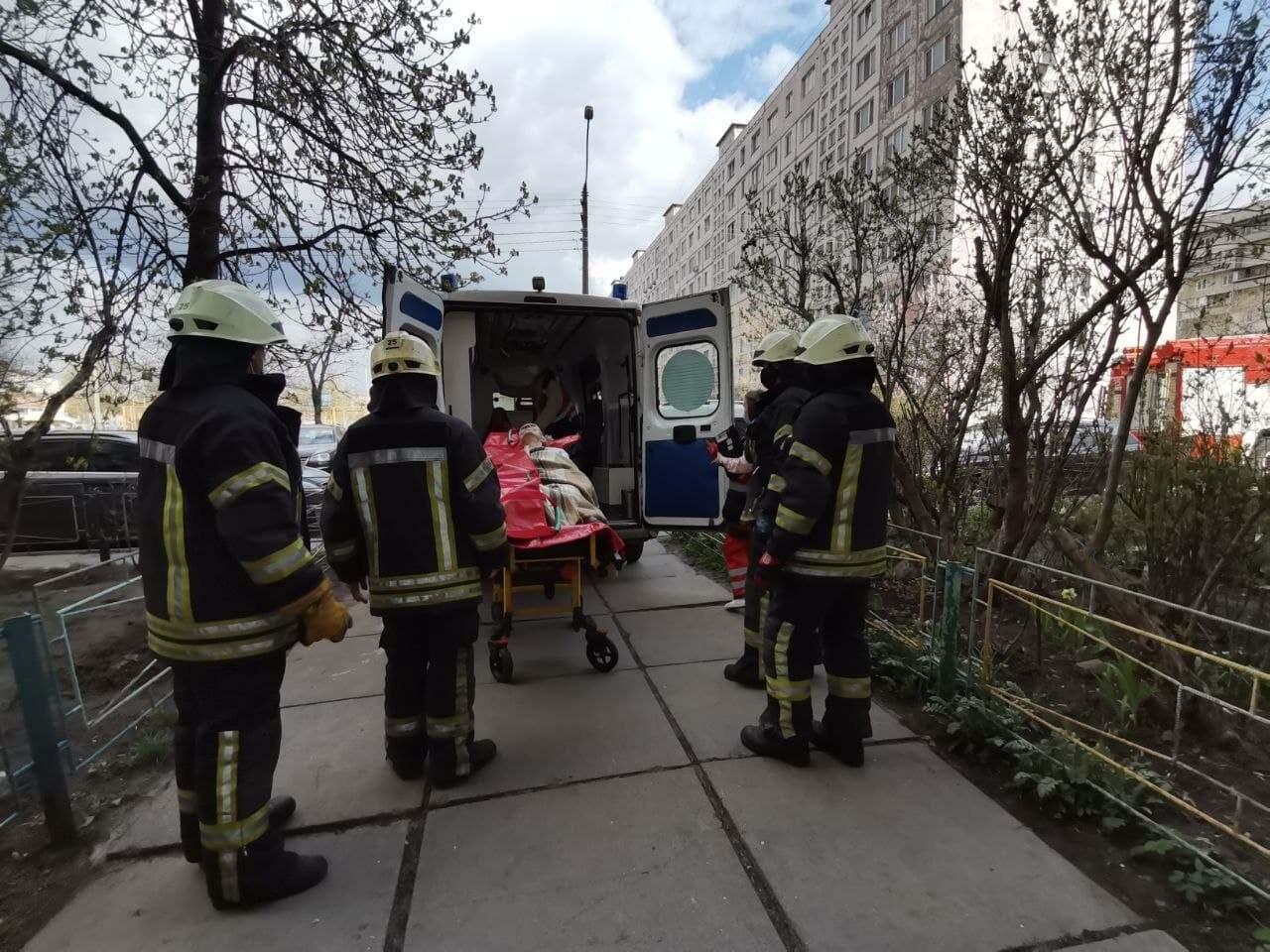 """У Києві рятувальники допомогли медикам спустити пенсіонерку до """"швидкої""""."""