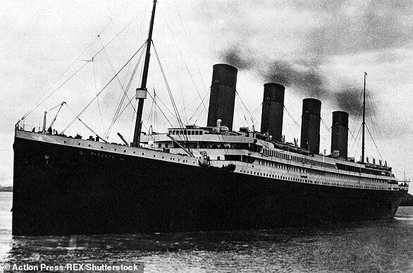 Титанік залишає причал 43 у Воріт в Саутгемптоні.