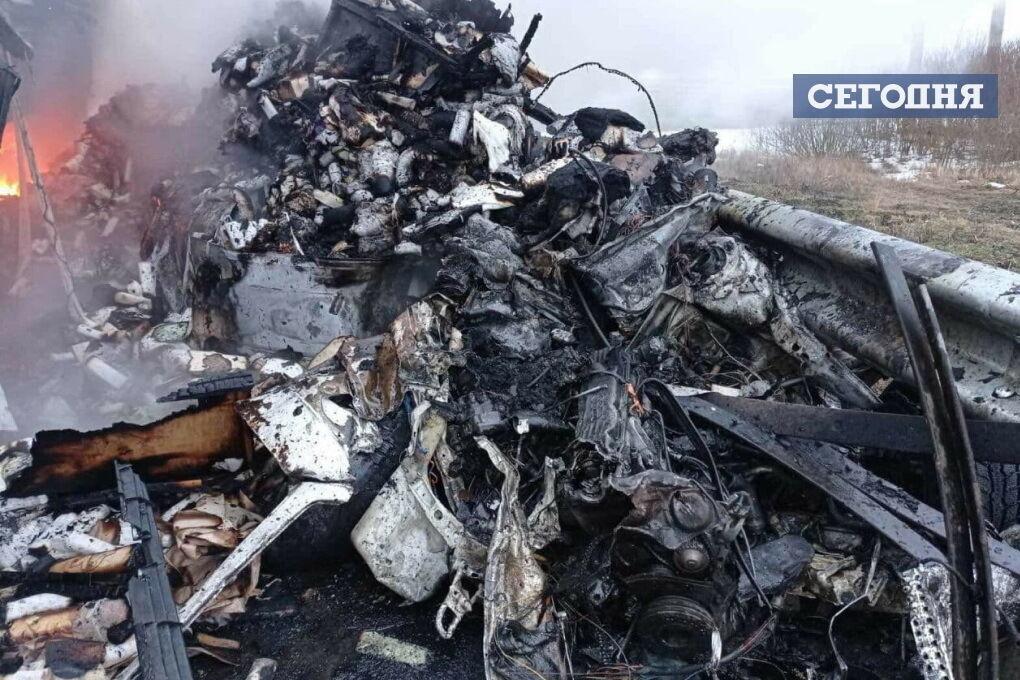 Унаслідок зіткнення обидві машини загорілися.