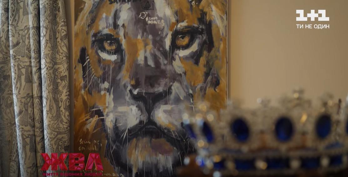 В гостиной Резникова есть множество картин