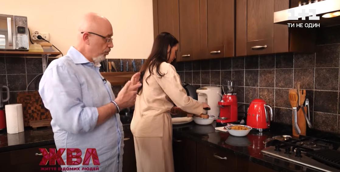 Резников большинство времени проводит на кухне