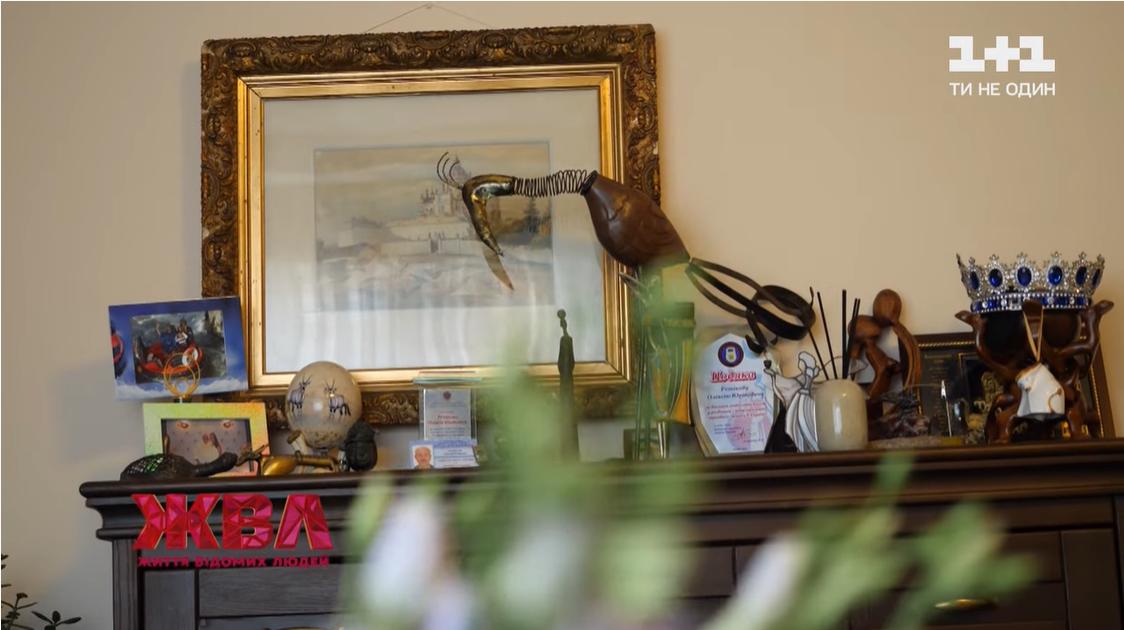 Тумбочка в гостиной Резникова