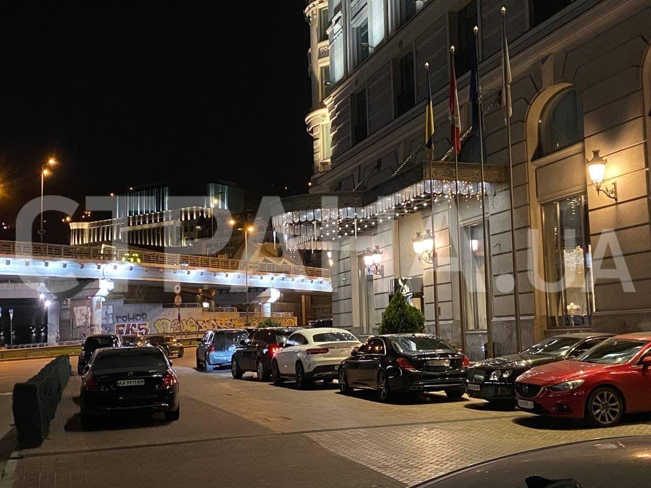 Авто Тищенко заметили возле отеля Fairmont