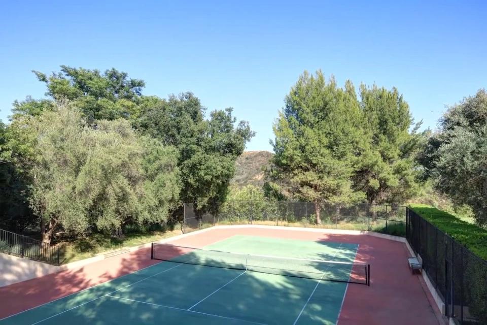 На території є приватний корт для ігор у теніс