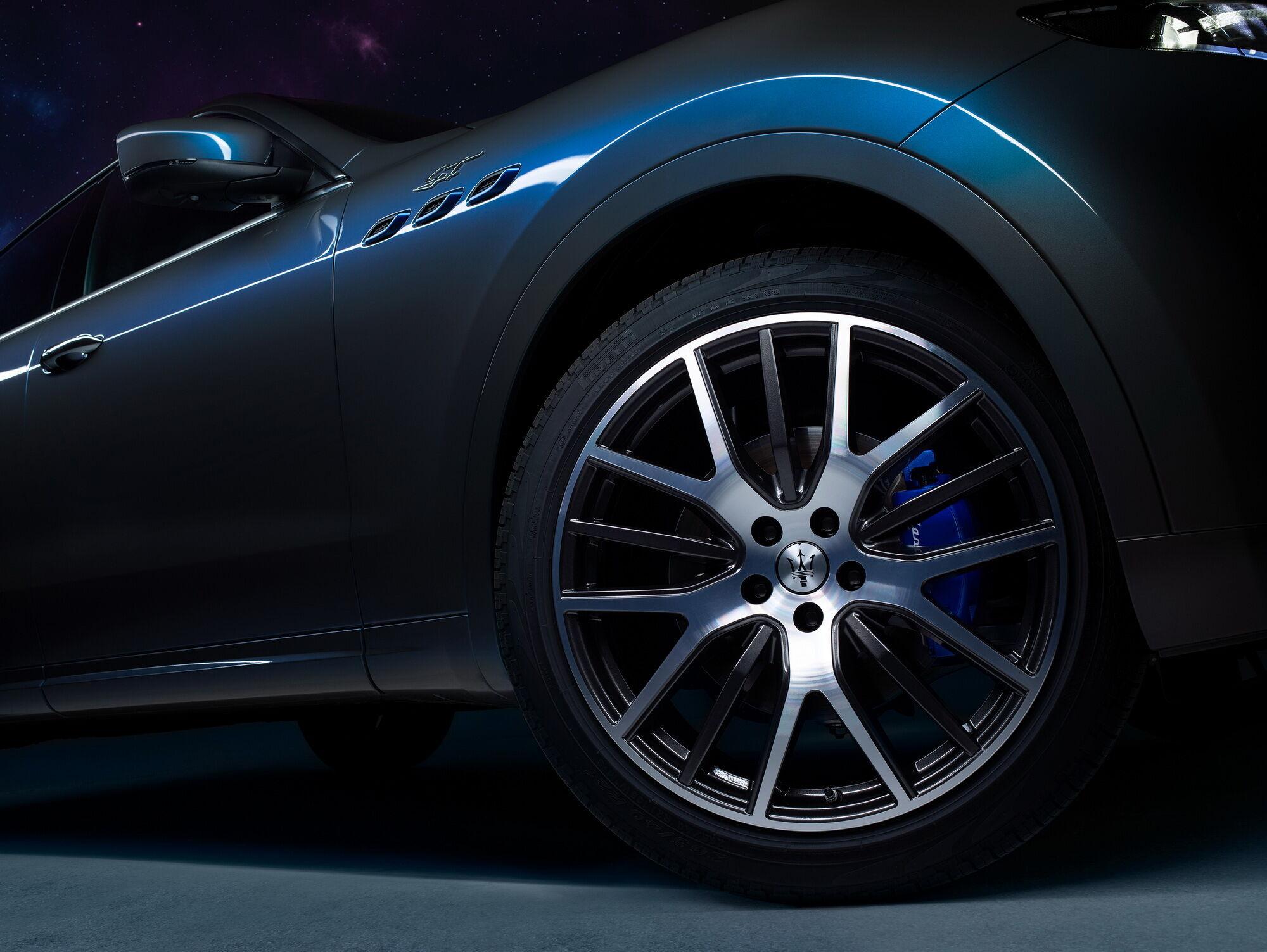 Автомобіль отримав оригінальне забарвлення і стильні колісні диски